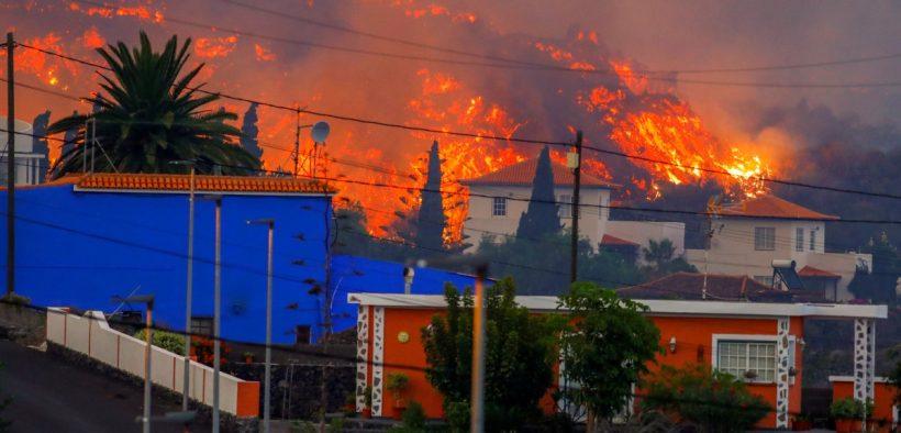 سلطات جزر الكناري تصدر أمرا بإخلاء المنازل مع تقدم الحمم البركانية