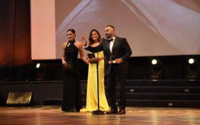 هند صبري تسلم أحمد السقا جائزة الإنجاز الإبداعي في مهرجان الجونة