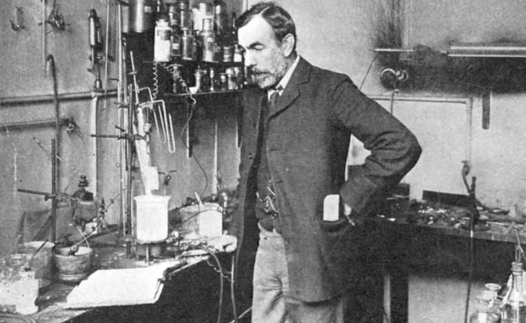 ويليام رمزي عالم الكيمياء الذي اكتشف أربعة غازات